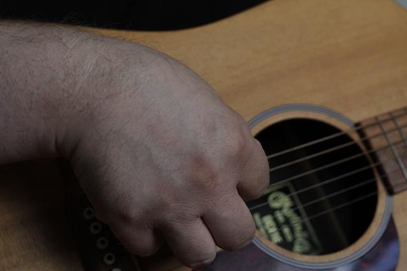 Vi har en række øvelser i at spille guitar. Her gennemgår vi typisk emner som fingerspil, fingerpicking, spil med plekter eller træning af fingersætning. Det kan alt sammen hjælpe dig til at blive en endnu bedre guitarist. Øvelserne er mindre i størrelse