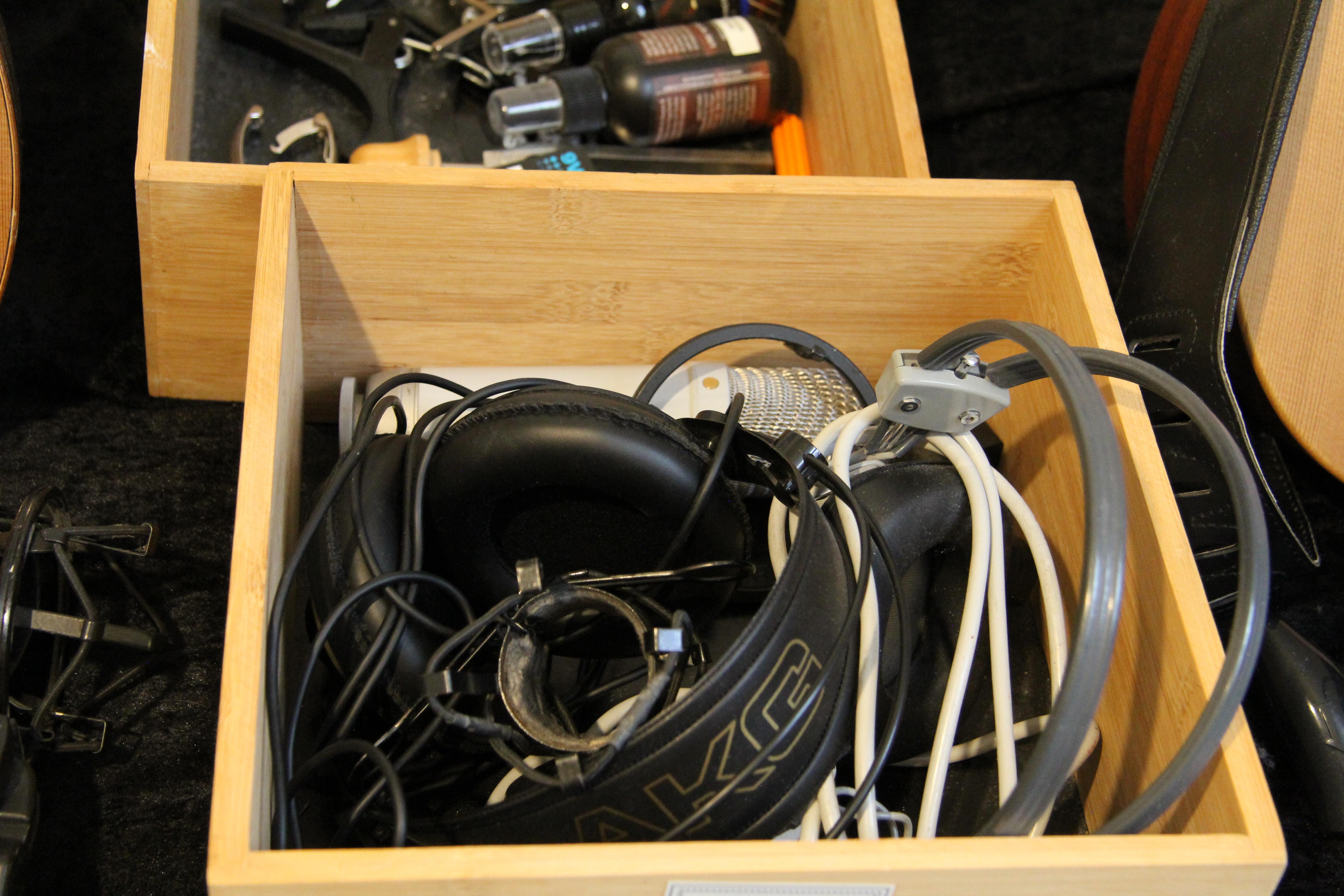 En kasse med guitargrej