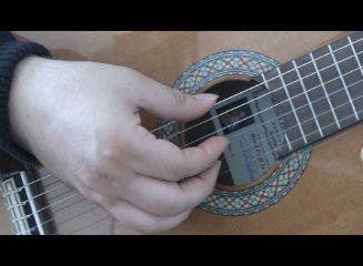 Løst anslag er det mest almindelige anslag indefor klassisk guitar. Det bruges til meget til arpeggio spil og typisk til understøttelse af melodi med akkorder.
