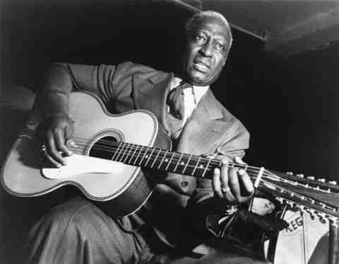 Big Joe Williams, Leadbelly(billede), Rev. Gary Davis de har allesammen gjort det; siddet med en 12 strengetguitarog spillet den ene solo efter den anden, men hvordan stemmer de egentlig guitaren?