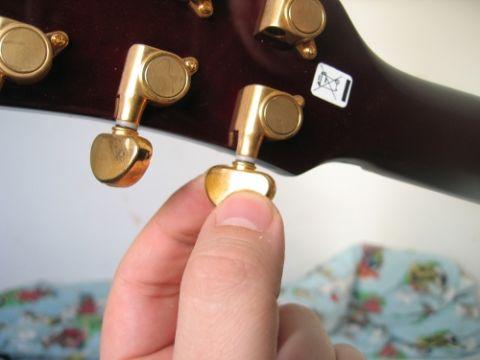 Åbne stemninger betyder at du stemmer guitarens strenge til en akkord, fx en E akkord.