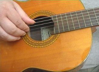 Her følger en lille øvelse i at placere fingrene rigtigt på strengene. I øvelsen skifter vi imellem Am og E.