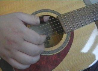 For at få en mere rytmisk følelse og stabilitet i tommelfingerenkan man bruge et tommelfinger plekter som ændrer klangen af bastonernegevaldigt.