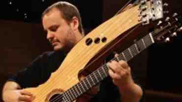 Superguitaristen Andy Mckee's færdigheder på en guitar beundres af skuespiller Lars Ranthe