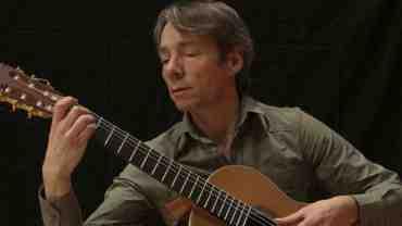 Jesper Sivebæk er lektor i klassisk guitar ved Det Kgl. Danske Musikkonservatorium og har en omfattende koncertvirksomhed i ind- og udland som solist og kammermusiker