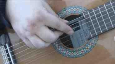 Støttet anslag på guitar