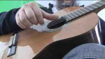 Tremolo er en højrehånds teknik hvor du på samme streng med vekslen imellem A,M, og I fingrene spiller tre hurtige toner.