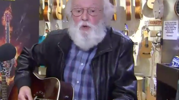 prisvindende gademusiker får stjålen guitar erstattet