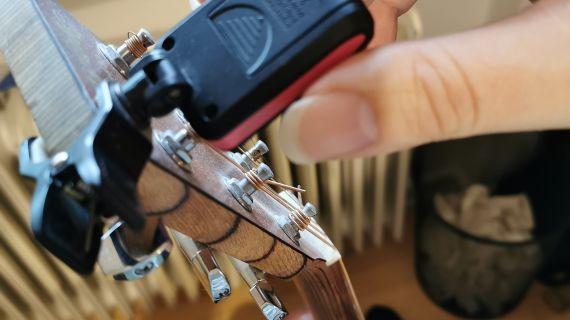 Om din guitar tuner ikke vil stemme din streng ordentligt kan det være at det hjælper at udskifte batteriet
