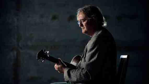 Stanley Samuelsen med sin guitar på nyt album