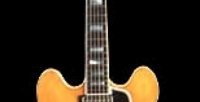 Gibson ES-355 er en af de første Gibsonguitarerog meget efterlignet. Den har pickups på selve kroppen som vi kender det i dag.