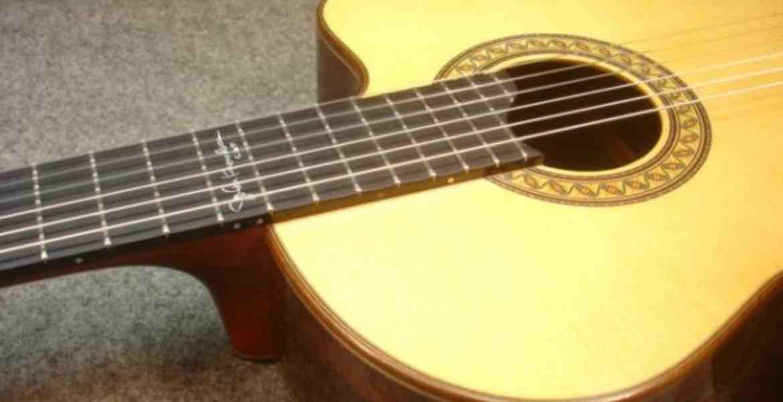 Denne spanske guitar er bygget af Kirk Sand, der også har bygget til Chet Atkins og Jerry Reed, har nu lavet en John Knowles signature guitar.